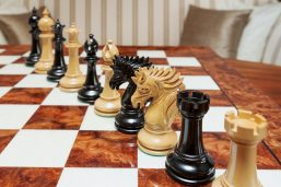 Duke 4.4 inch chess pieces in Lacquered Ebony and Boxwood