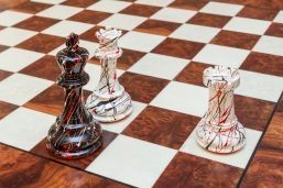 "New York Series Chess Pieces on the 51 cm ""Pisa"" Chess Board"